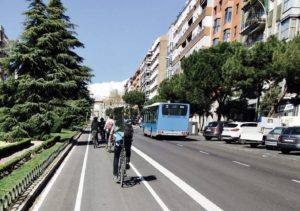 """width=300 height=211 /></p><p>En cualquier gran ciudad, los desplazamientos suponen una importante inversión de tiempo y dinero para todos sus habitantes. Por lo tanto, lograr <strong>sistemas más eficientes de transporte es un reto constante</strong>, ya que cualquier mejora se traduce no solo en ahorros, sino en mejor calidad de vida e, idealmente, en un mayor respeto por el medio ambiente si se reducen las emisiones de gases como el Dióxido de Nitrógeno (NO<sub>2</sub>) u otros.</p><p>Entender bien la movilidad no es sencillo, ya que entran en juego muchos factores: infraestructuras, oferta de transporte público, parque de vehículos privados, necesidades y motivaciones de las personas, etc. Sin embargo, es necesario hacer el esfuerzo para poder <strong>tomar las decisiones adecuadas para mejorar. </strong>Existen expertos en la materia, como la empresa<a href=http://www.temagc.com/index.php/es/ >Tema Grupo Consultor</a>, dedicados desde hace años a estas tareas mediante medios """"tradicionales"""", como las <strong>encuestas de movilidad</strong>, que recogen datos acerca de cómo usan los medios de transporte una muestra (relativamente pequeña) de los ciudadanos, y extrapolan lo mejor posible los resultados al resto de la población.</p><p>Durante los últimos meses, Tema GC y <a href=http://www.piperlab.es>PiperLab</a>, hemos trabajado de forma pionera para el CRTM (Consorcio Regional de Transporte de Madrid), en un estudio de <strong>mejora de las líneas de autobuses</strong> de la zona sur de Madrid y varios de los municipios cercanos <strong>a través de técnicas de <a href=https://piperlab.es/glosario-de-big-data/big-data/ target=_blank>Big Data</a></strong>. La novedad reside en <strong>combinar los métodos tradicionales con las nuevas capacidades que ofrece el Big Data,</strong> para llegar hasta el detalle que dichos métodos no alcanzan por limitaciones muestrales, entre otras cosas. Dentro de poco presentaremos los resultados y, aunque durante el estudio han sur"""