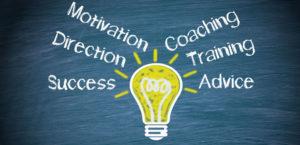 width=300 height=145 /></p><p></p><p>Una vez establecidos estos cruces, lo que define y marca el inicio de una relación de mentoría son los <strong>objetivos que se marca el propio mentorizado</strong>, ya que son estos los que le dan propósito al trabajo conjunto; sin embargo, también es cierto, que el compromiso del mentor para compartir su conocimiento y su tiempo con el mentorizado es una de las claves fundamentales que hace posible que la relación prospere y genere los frutos esperados.</p><p>Así que, si deseas que una relación de mentoría también te aporte beneficios como mentor, pon a prueba las siguientes ideas:</p><ul><li>Al compartir tus experiencias, examina también tus propios fracasos, no te centres solo en los momentos de éxito de tu carrera. La vida no son solo momentos de gloria. <strong>De los momentos difíciles,</strong> de los errores que has cometido, de aquellas situaciones en las que has fracasado también <strong>se pueden sacar grandes lecciones,</strong> de ellas se pueden aprender muchas cosas. ¿Cómo saber que has triunfado si nunca has fracasado?</li><li><strong>Utiliza esas experiencias</strong>, en ocasiones dolorosas, c<strong>omo una herramienta de aprendizaje con tus mentorizados</strong>. Las personas pueden sacar lecciones de mucho valor escuchándote más hablar de tus dificultades y de tus errores que de las decisiones acertadas que te han permitido lograr lo que has conseguido.Si eres honesto y abierto con tu mentorizado y abordas esos momentos de especial dificultad, verás que esa vulnerabilidad que muestras no solo le enseñará que es lo que no hay que hacer, también estimularán en él nuevas ideas. Te sorprenderá lo valiosas que son esas conversaciones tanto para él como para ti.</li></ul><p></p><blockquote><p>Pídele a tu mentorizado retroalimentación de tu capacidad de escucha y de tus habilidades de comunicación</p></blockquote><p>A medida que crecemos profesionalmente y tomamos más responsabilidades como líderes en nuestros resp